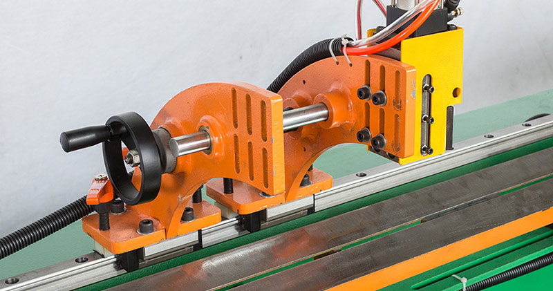 Fully automatic pipe cutting machine for storage products manufacturing