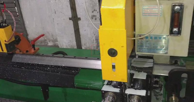 Storage racks manufacturing with automatic circular saw cutting machine